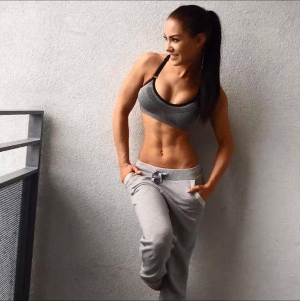 美しい腹筋の女性