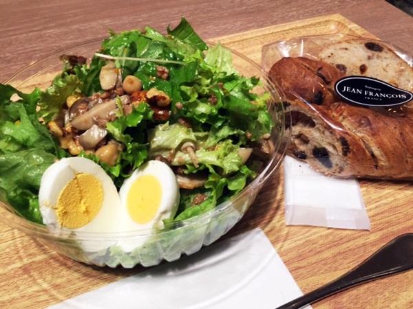 トスサラダとジャンフランソワのパン