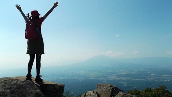 登山に成功して喜ぶ女性の後姿